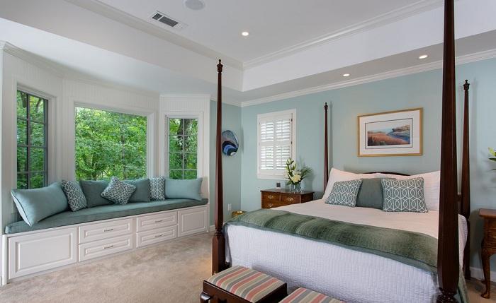 Чтобы сэкономить пространство в спальне можно создать уютный window seat на подоконнике.