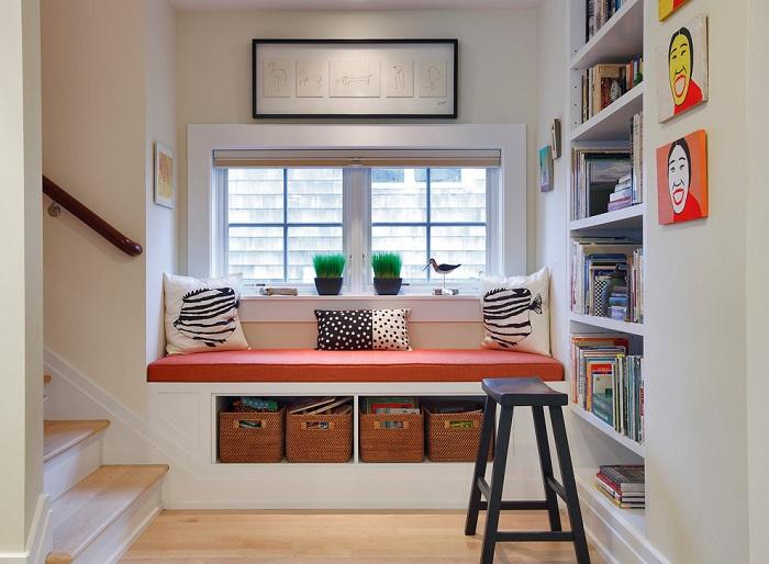 Удобный диванчик у окна специально для чтения книг и отдыха.