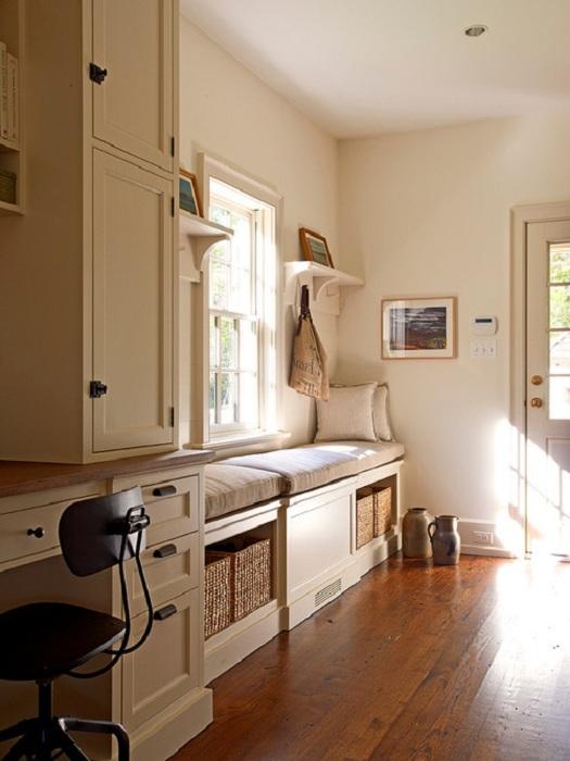 Оформление прихожей в нежных тонах с местом для отдыха у окна, что выглядит очень практично и красиво.