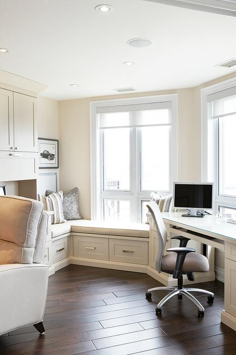 Дизайн комнаты в белоснежном цвете с невероятно комфортным диванчиком на подоконнике.