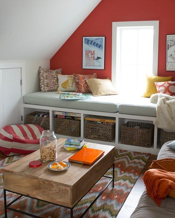 В маленькой уютной гостиной window seat может заменить диван или стать еще одним сидячим местом.