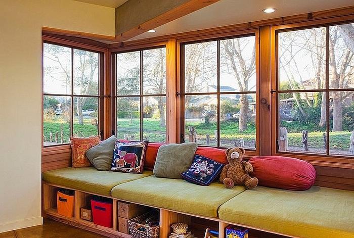 Уютное место у окна оборудовано специально для отдыха и приятных теплых разговоров.