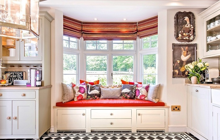 Уютное место у окна, специально для отдыха и приятного времяпровождения.