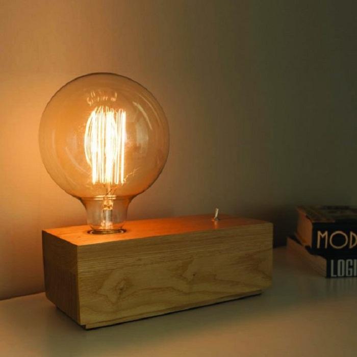 Крутой вариант преобразить интерьер такой деревянной настольной лампой.
