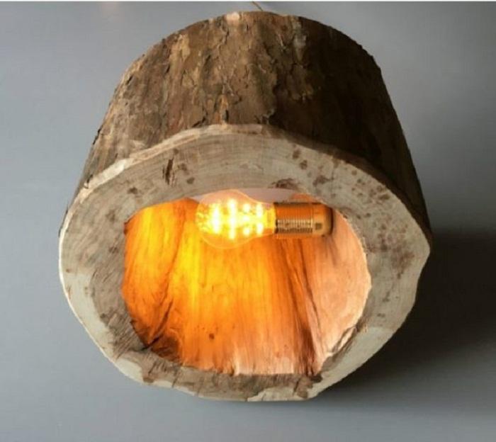 Лампа из среза дерева, что станет находкой и крутым решением для интерьера.