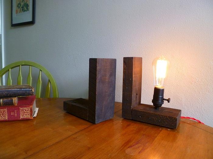 Вариант оформить интерьер настольными деревянными лампами.