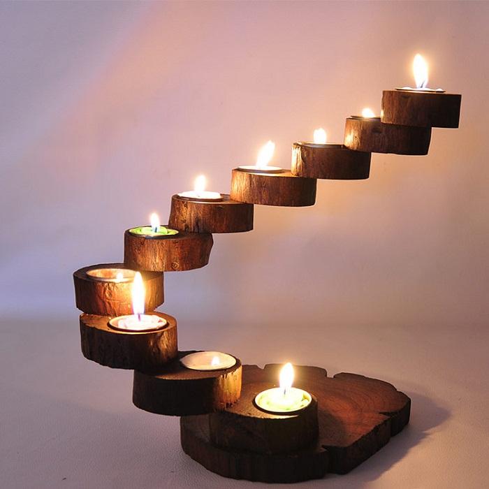 Интересный вариант создать такой нестандартный деревянный подсвечник, который станет изюминкой интерьера.