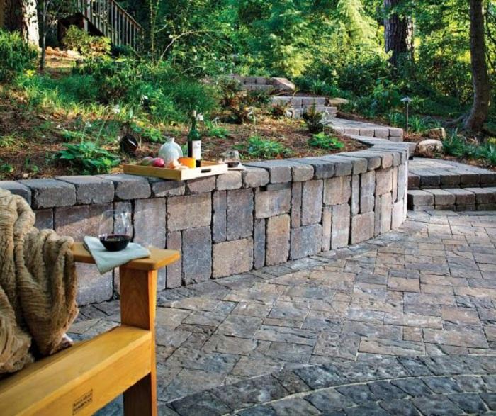 Красивое оформление двора кирпичной кладкой, то что станет отличным вариантом для декора двора.