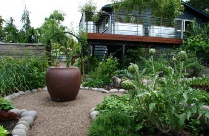 Красивые клумбы станут просто оригинальным вариантом для создания уютной атмосферы во дворе.