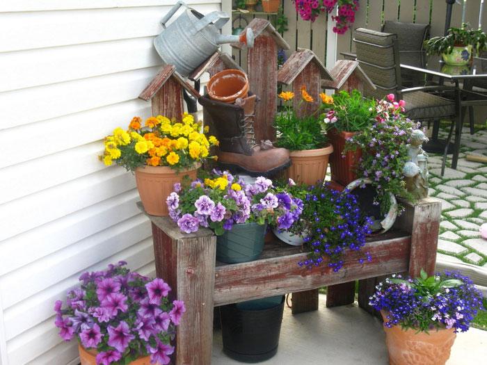 Прекрасный вариант обустроить уголок во дворе и украсить его цветами, то что определенно понравится.