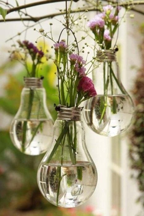 Небольшие мини-вазочки выполнены из лампочек, станут просто хорошим вариантом для оформления пространства в саду или около дома.