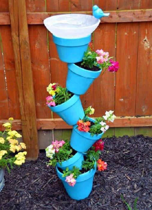 Интересное сооружение из горшков, станет просто оригинальным вариантом оформления декора в саду.