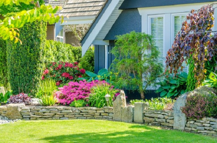 Интересная каменная кладка, которая облагородит общий вид у дома и создаст интересную обстановку.