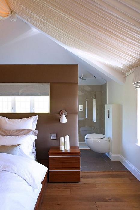 Интересный вариант оформления спальни в шоколадном цвете с оригинальной мягкой перегородкой.