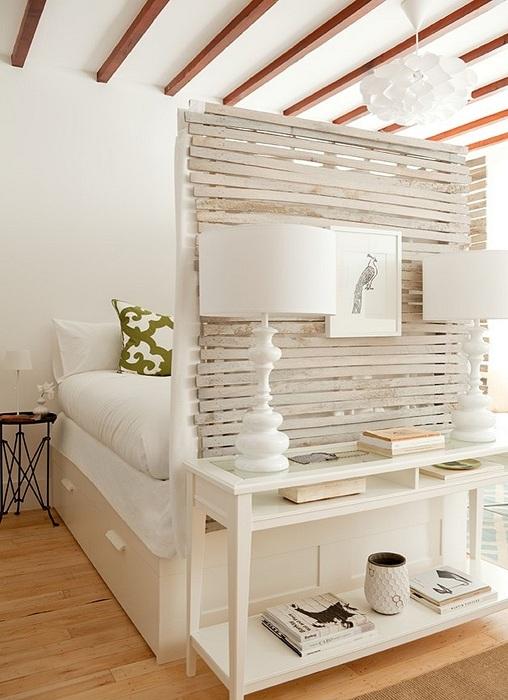Обстановка в спальной оформлена в нежно-кремовых тонах и преображена благодаря оригинальной перегородке.
