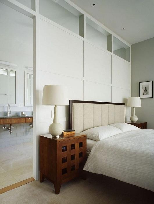 Что может быть интересней оригинальной белоснежной перегородки что украшает и освежает интерьер комнаты для отдыха.
