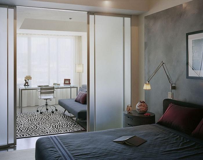 Симпатичное оформление комнаты с перегородкой, выполненной из мутного стекла, что отлично зонирует пространство.