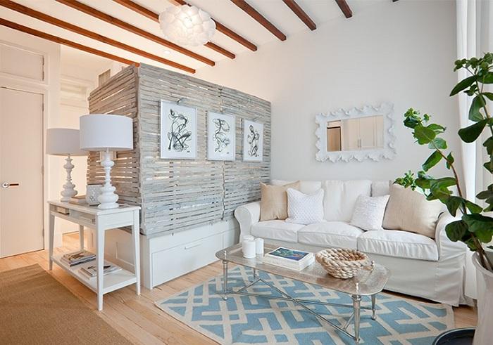 Простое и нежное оформление гостиной в сливочных тонах, что украсит обстановку в комнате.