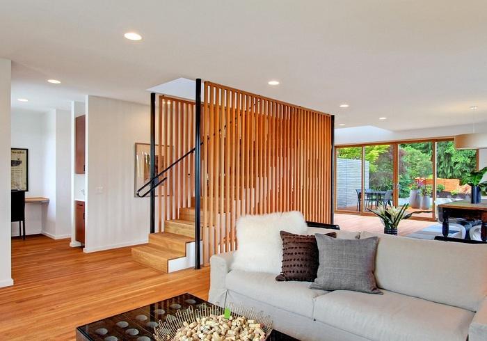 Простое оформление красивых перегородок, которые станут украшением для оригинальной лестницы.