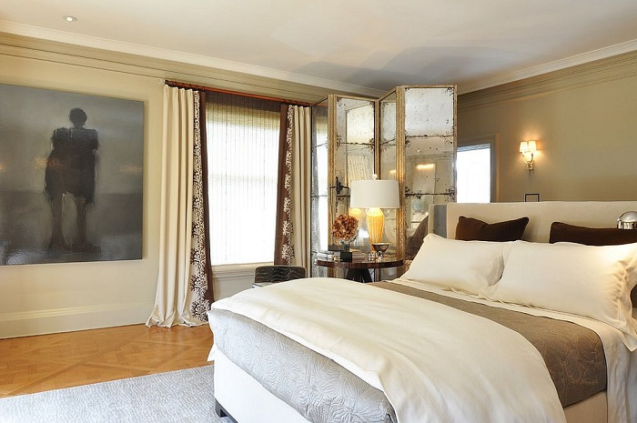 Очень оригинальный вариант оформления стенки в комнате, которая преобразит интерьер спальни и разделит его на части.