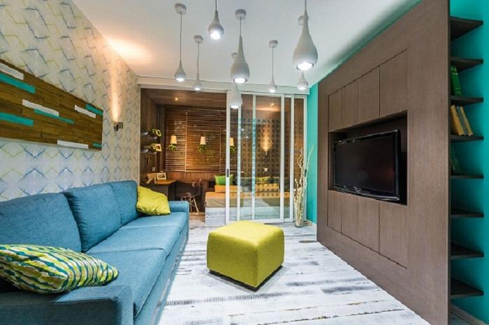 Практичным вариантом при оформлении гостиной является использование перегородок, что создают интересную обстановку.
