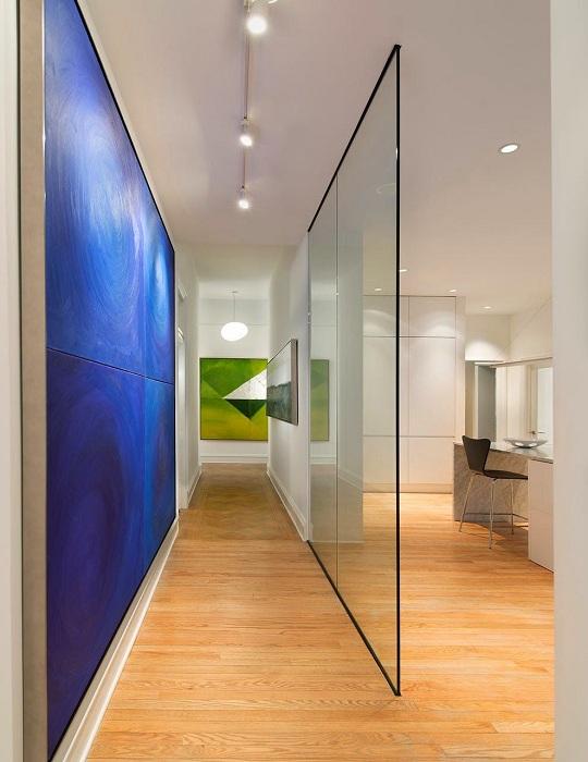 Красивое оформление стенки между комнатой и коридором, то что создаст легкую атмосферу в интерьере.