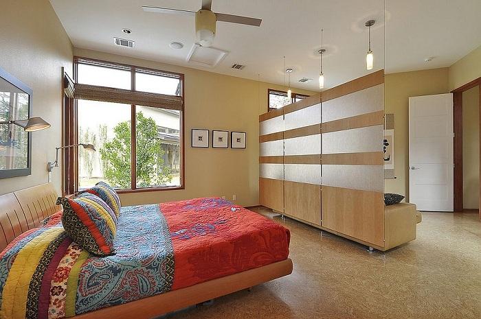 Оформление спальной в ярких цветах в дополнении с интересной стенкой, которая зонирует пространство, то что понравится.