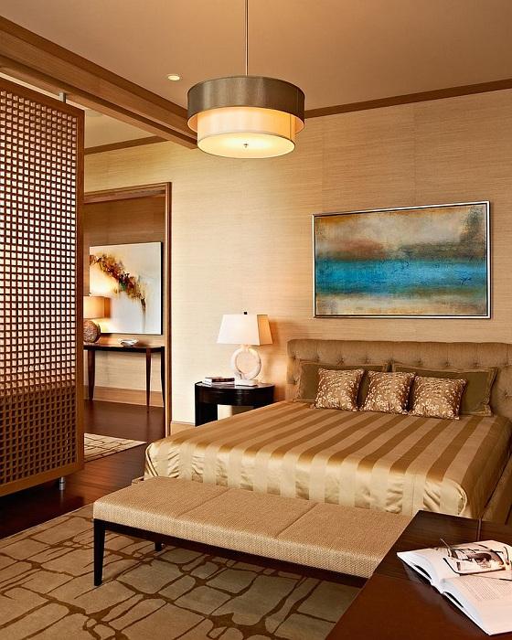 Оригинальное оформление спальни в золотистых тонах, то что понравится и создаст интересную обстановку и положительное настроение.