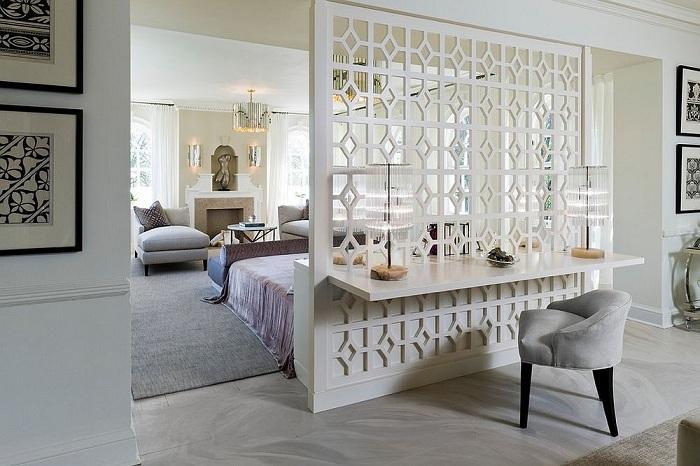Спальня с оригинальной рифленой белой перегородкой, которая станет просто отличным вариантом оформления комнаты такого типа.