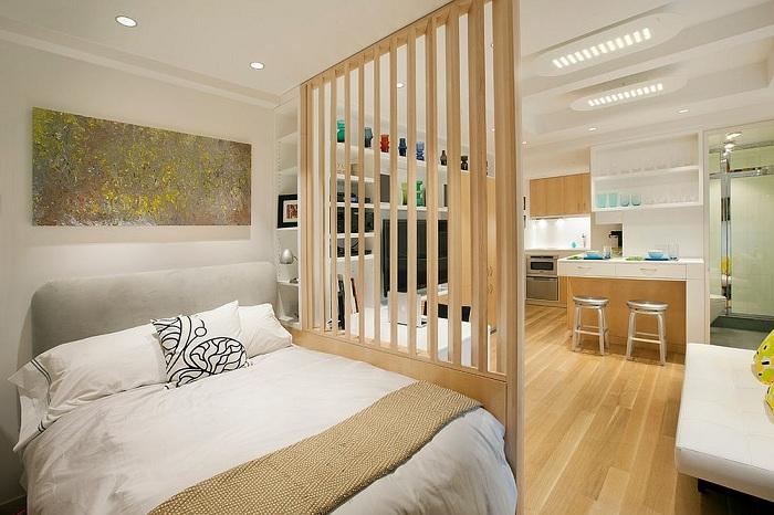 Интересный вариант поставить такую крутую перегородку между спальной и кухней, то что преобразит атмосферу.