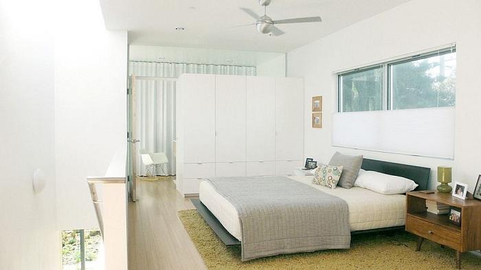 Хороший вариант оформления спальни в бело-серых тонах, то что создаст непринужденную обстановку.