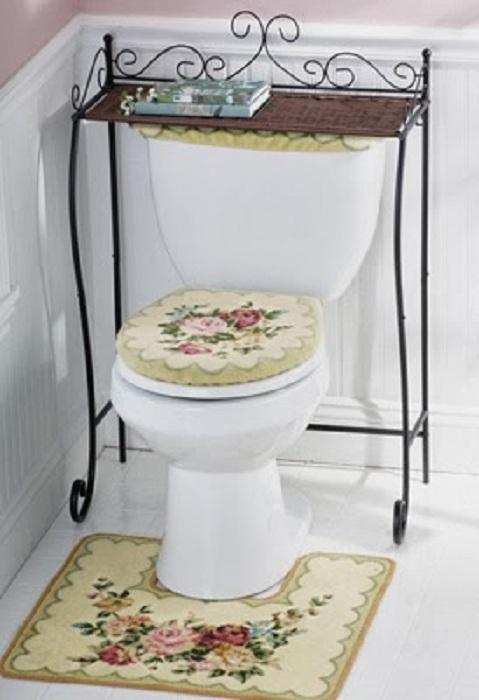 Легкая и простая атмосфера в туалете, который обустроен очень нестандартно и красиво.