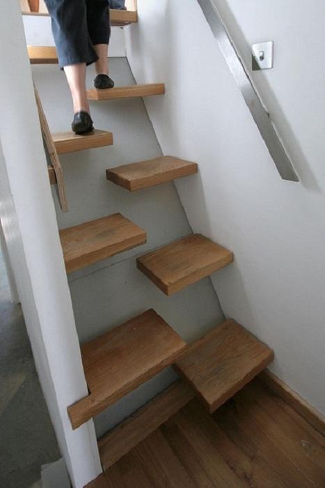 Интересный вариант оформления ступеней на второй этаж, что подарят ощущение большего пространства.