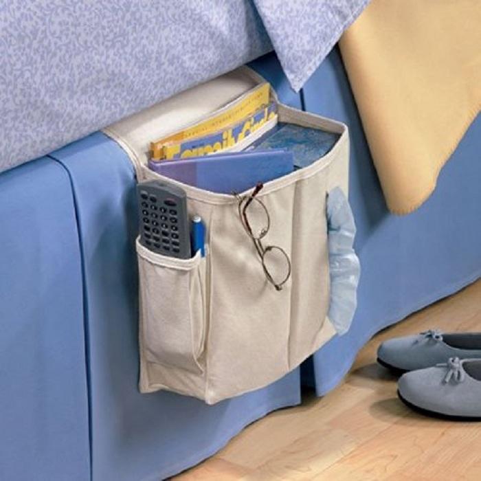 Хороший вариант обустройства пространства около кровати при помощи небольшого футляра для хранения вещей, что не может не понравится.