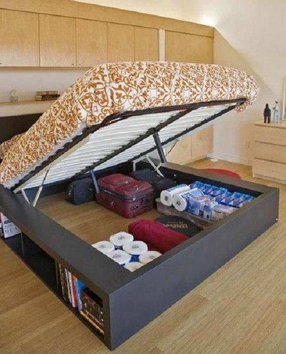 Простой, но удачный вариант хранения вещей под диваном, что в свою очередь оптимизирует пространство в спальной.