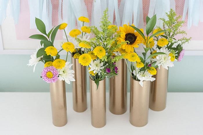 Современное и практичное решение обустроить интерьер комнаты вазами из ПВХ труб.