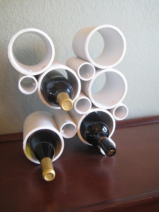 Удачное решение создать подставку из ПВХ труб для хранения вина.