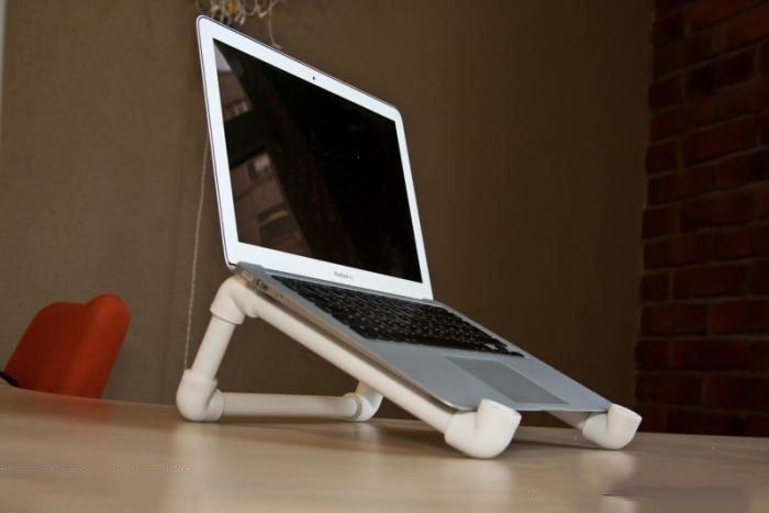 Оптимизировать пространство в комнате возможно подставкой для ноутбука из труб.