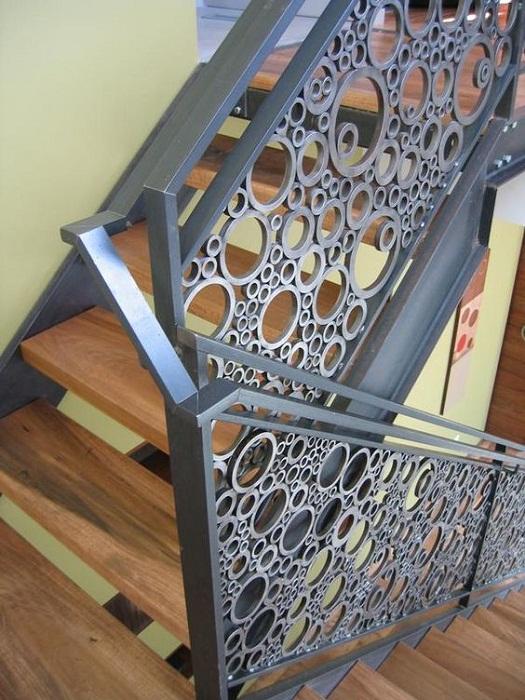 Отличный вариант преображения лестницы - декорирование её ПВХ трубами.