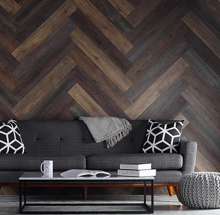 Один из самых удачных вариантов оформления интерьера в темных тонах с применением деревянных текстур.