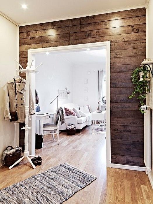 Приятная обстановка в комнате создана благодаря отличному решению украсить интерьер деревянной стеной.