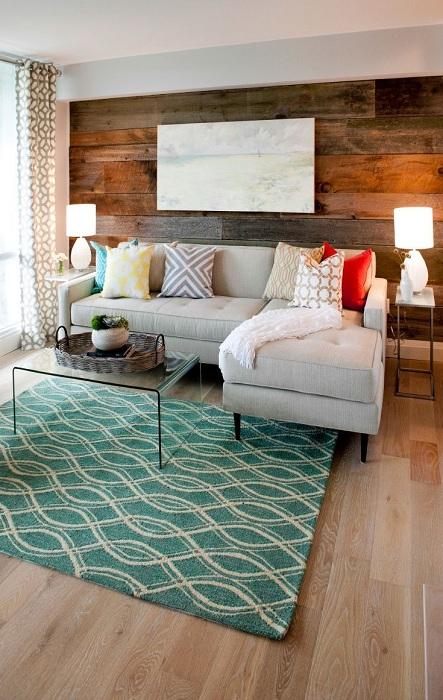 Оформление одной стены гостиной в дереве, преобразило по максимуму интерьер этой комнаты.