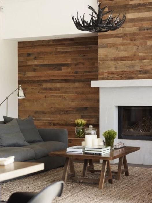 Потрясающий и интересный интерьер гостиной с оригинальными деревянными украшениями, что порадуют глаз.