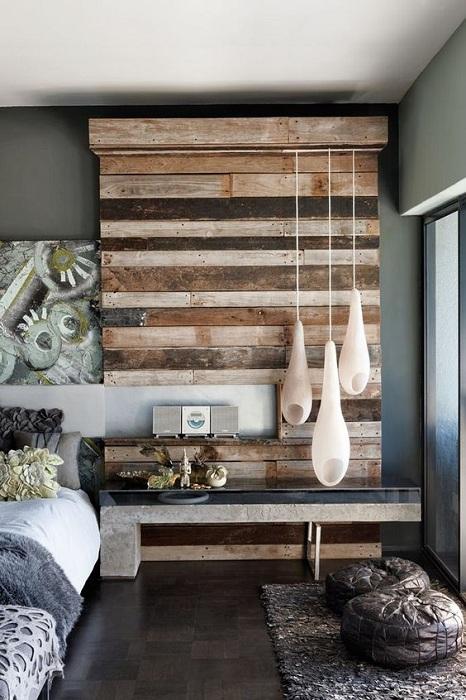 Очень интересное оформление стены при помощи деревянных текстур, что создает просто потрясающую атмосферу в комнате.