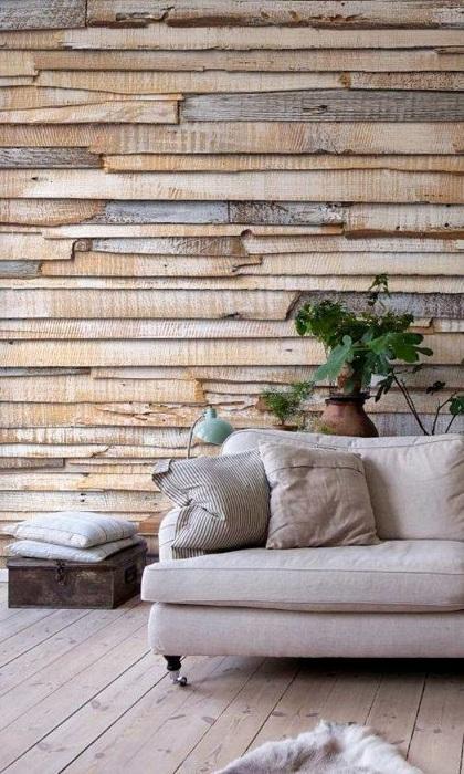 Потрясающий интерьер в гостиной создан благодаря оформлению одной из стен в дереве, что выглядит просто сказочно.