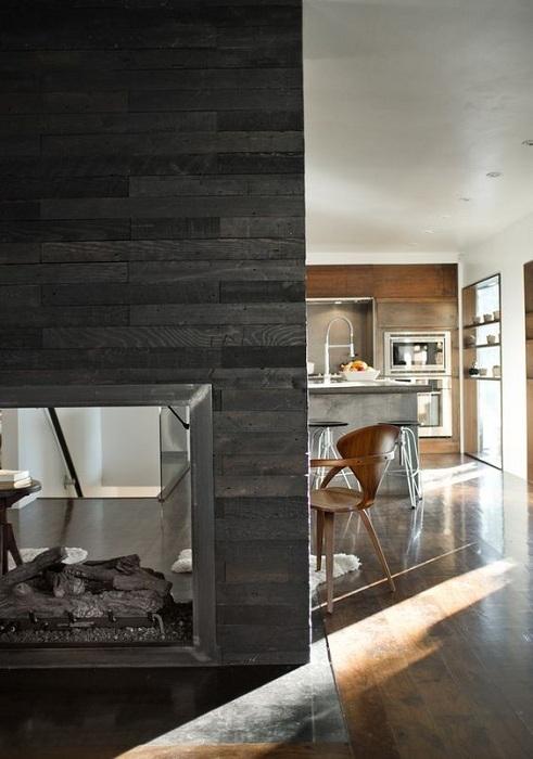 Симпатичный интерьер, который создан благодаря оригинальному оформлению стен деревом.