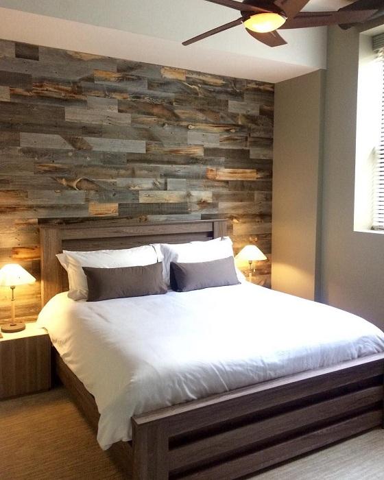 Красивый интерьер спальни создан благодаря оформлению стены в дереве, что выглядит невероятно.