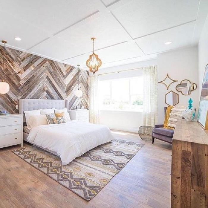 Отличный вариант оформления комнаты для отдыха при помощи оригинальных дизайнерских решений, например, с помощью декорирования стены деревом.