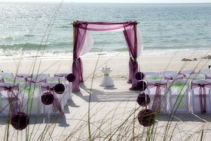 Комбинирование белого и лилового чудесный вариант при оформлении свадебного пиршества.