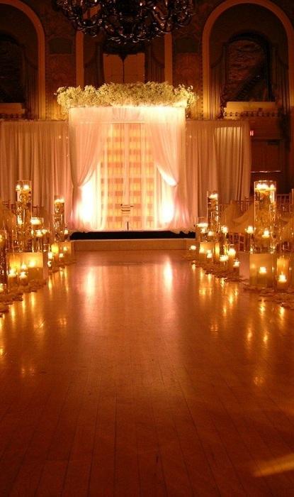 Хороший вариант оформления свадьбы с беседкой и интересным освещением.
